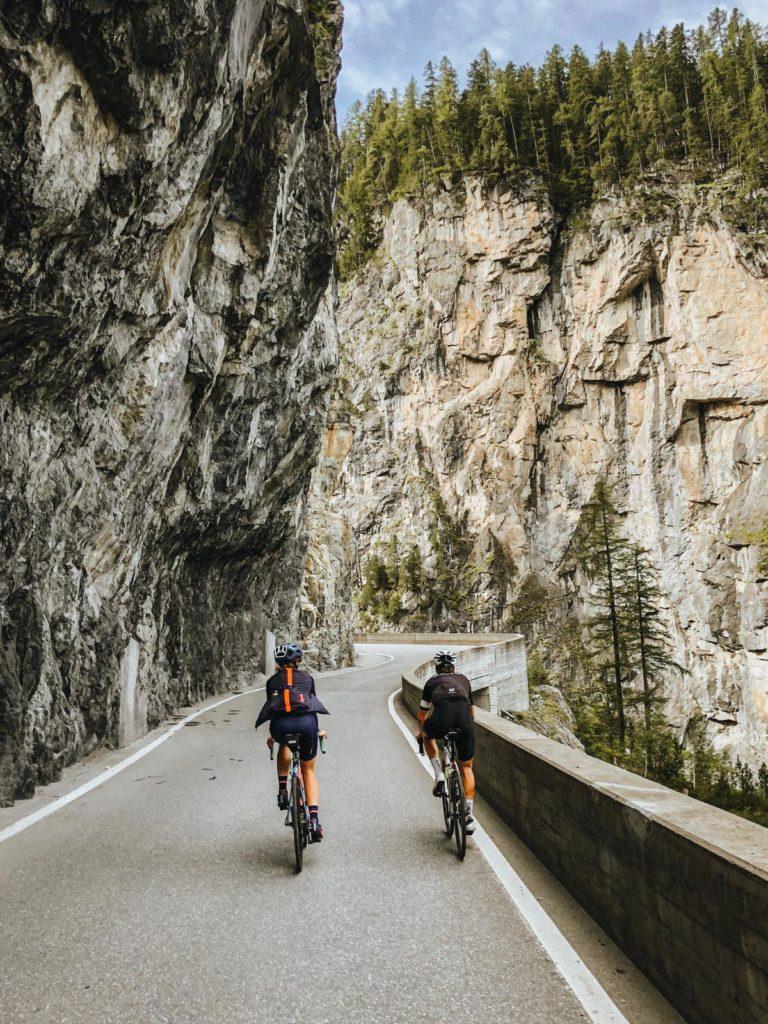 Zwei Rennradfahrer fahren nach Bergün Richtung Albulapass
