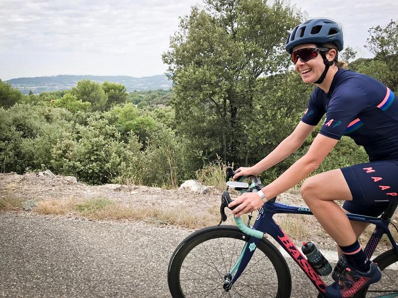 Rennradfahrerin in der Provence