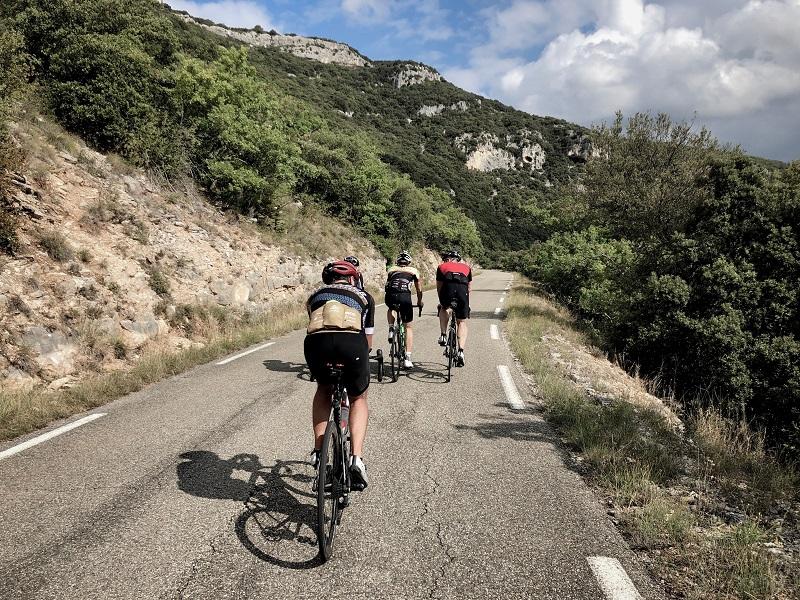 Rennradfahrer fahren durch das Gorge de las Nesque
