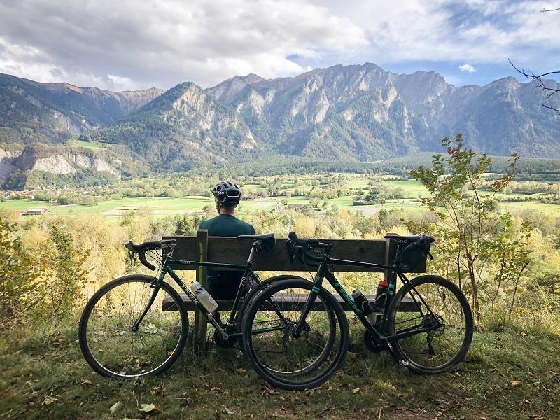 Radfahrer macht auf einer Bank Pause