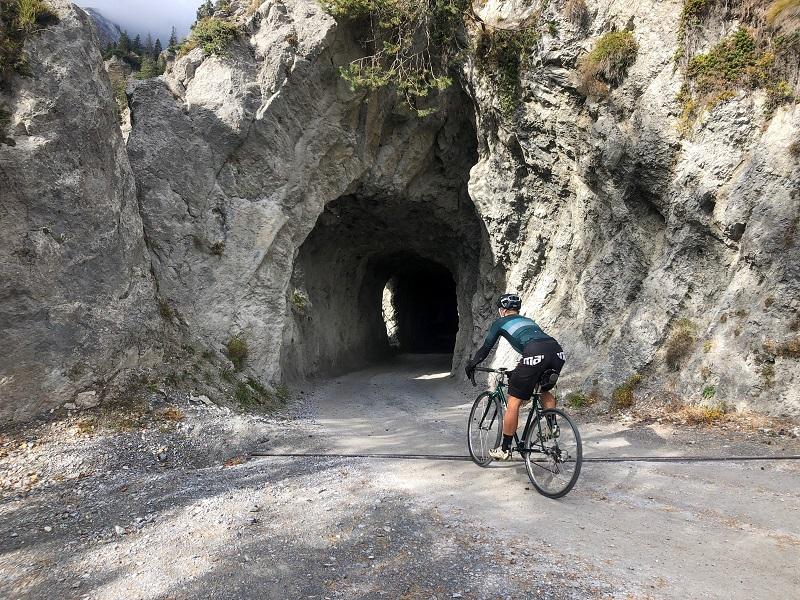 Radfahrer durchfährt Tunnel auf dem Kunkelspass