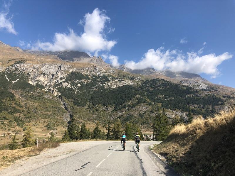 zwei Rennradfahrer auf dem Col du Mont Cenis
