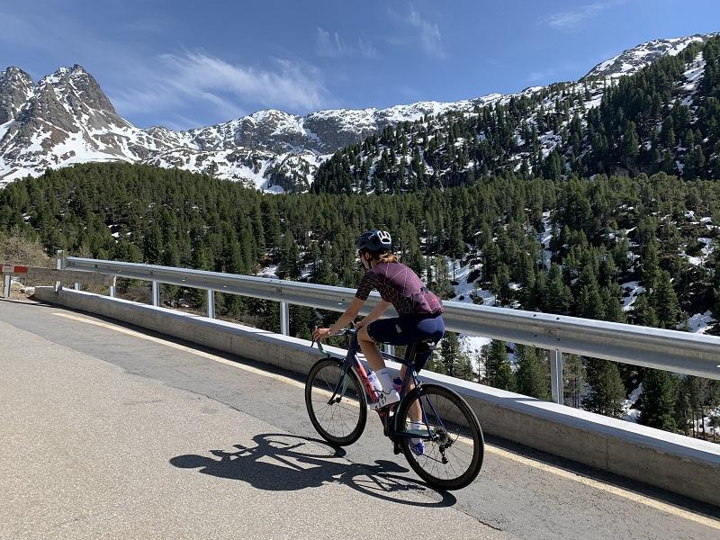 Rennradfahrer auf dem Weg zum Albulapass